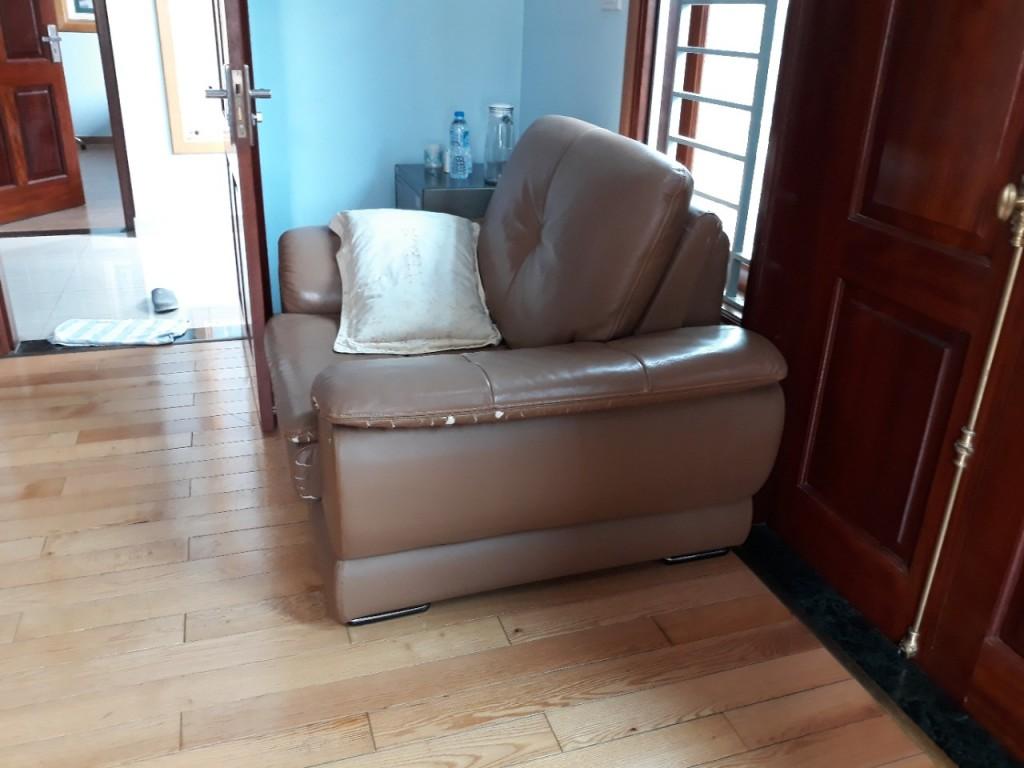Mặt nghiêng chiếc ghế sofa bị rách nhà bác Thông ở Lê Văn Lương