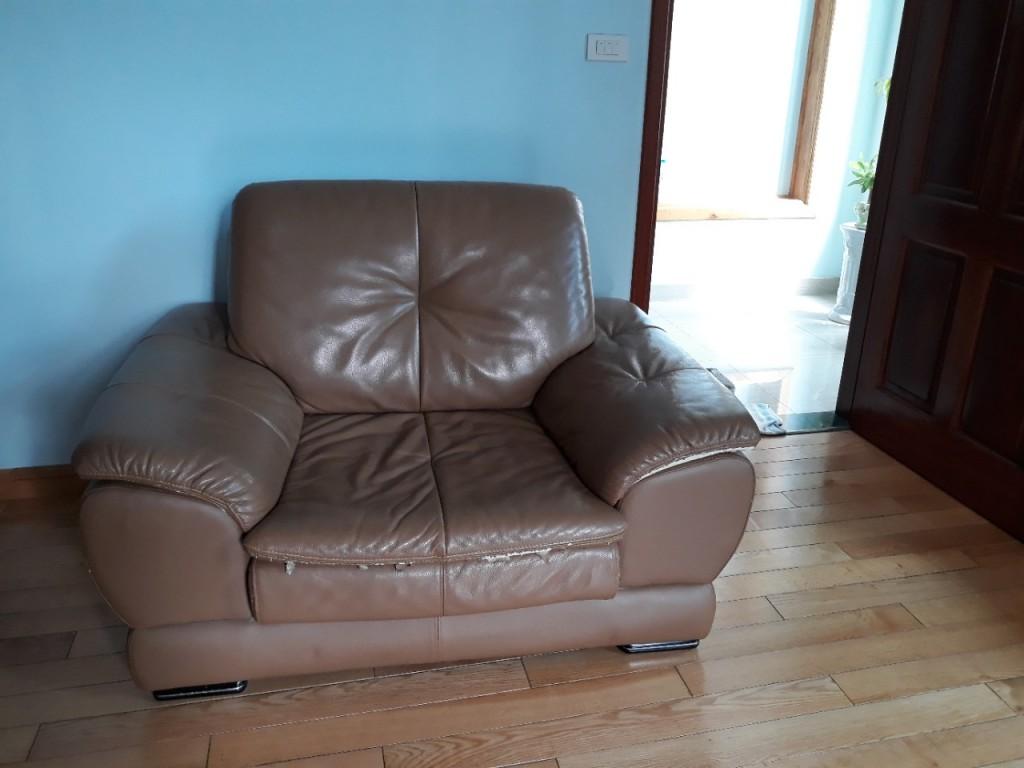 Mặt trước của chiếc ghế cũng đã bị rách khá nhiều ở viền