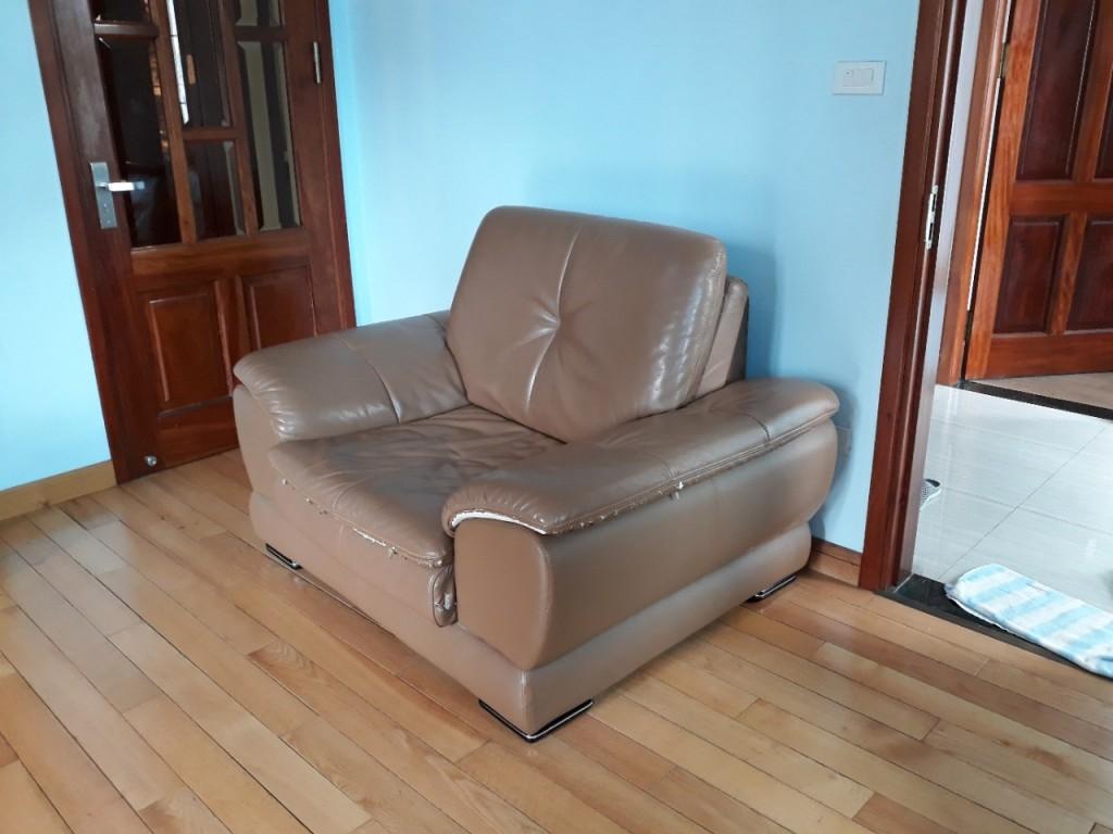 Mặt nghiêng chiếc ghế sofa bị rách nhà bác Thông ở Lê Văn