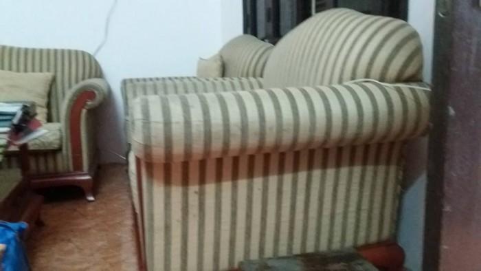 Mặt nghiêng của chiếc ghế sofa đơn cần được bọc lại tại Cù Chính Lan
