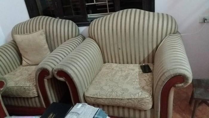 Chiếc ghế sofa đơn cần được bọc lại tại Cù Chính Lan