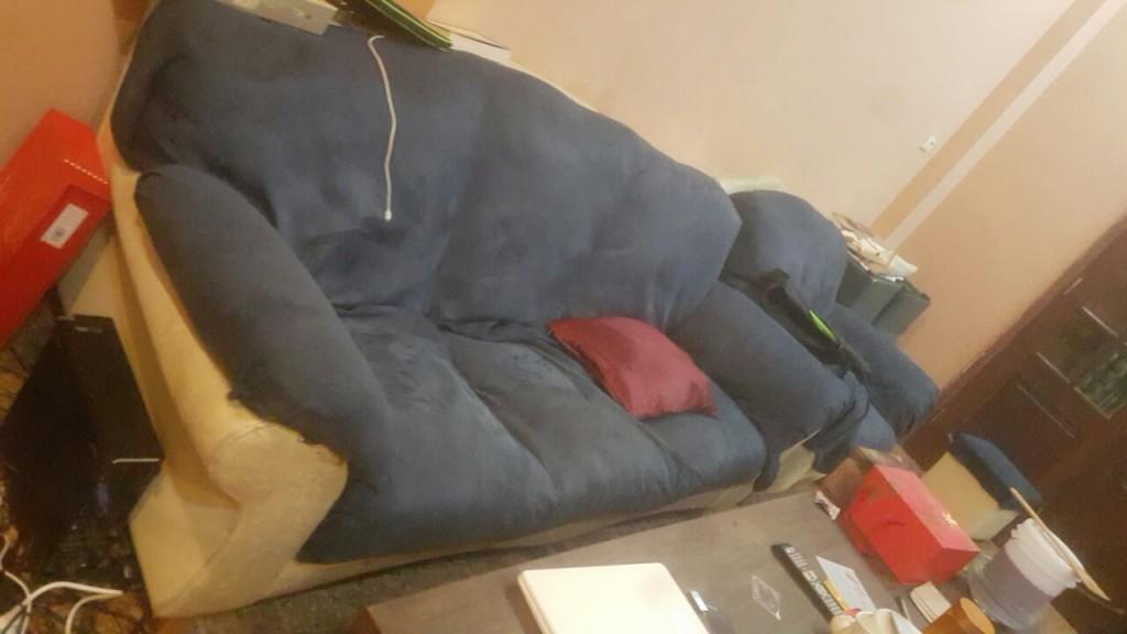 Bộ ghế sofa vì bẩn và mốc nên được phủ vải lên để ngồi