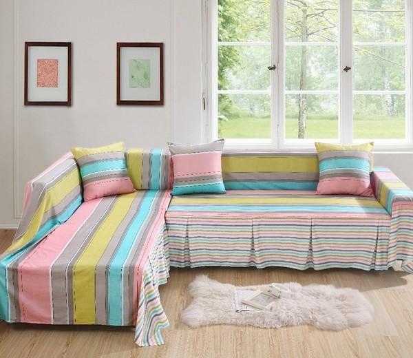 Ghế sofa có vải bọc là vải kẻ sọc sẽ giúp ngôi nhà thêm trẻ trung hơn