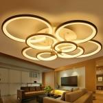 Sử dụng đèn trần màu vàng cũng sẽ giúp phòng khách trở nên ấm áp hơn