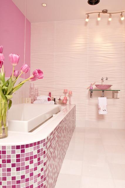 Bồn tắm được trang trí bằng những mảnh hình vuông màu hồng