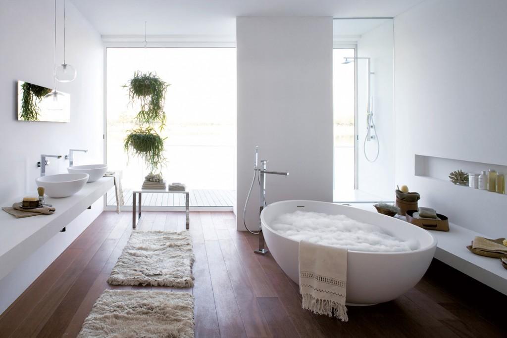 Thiết kế phòng tắm cạnh cửa sổ sát đất làm cho phòng trở lên thoáng đãng hơn