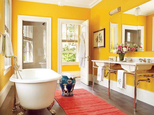 Màu vàng đậm mang lại sự ấm áp cho phòng tắm