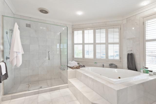 Sự kết hợp giữa cả bồn tắm và phòng tắm đứng