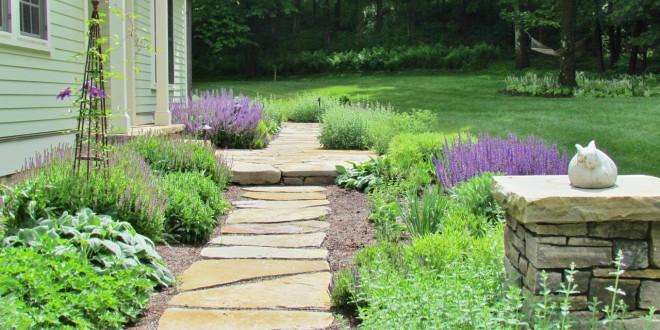 Chỉ cần vài khóm cỏ và một lối đi dải đá cũng đã làm nên một khu vườn đệp