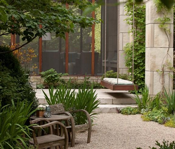 Không gian sau nhà đẹp hơn nhờ cây cối và sỏi đá