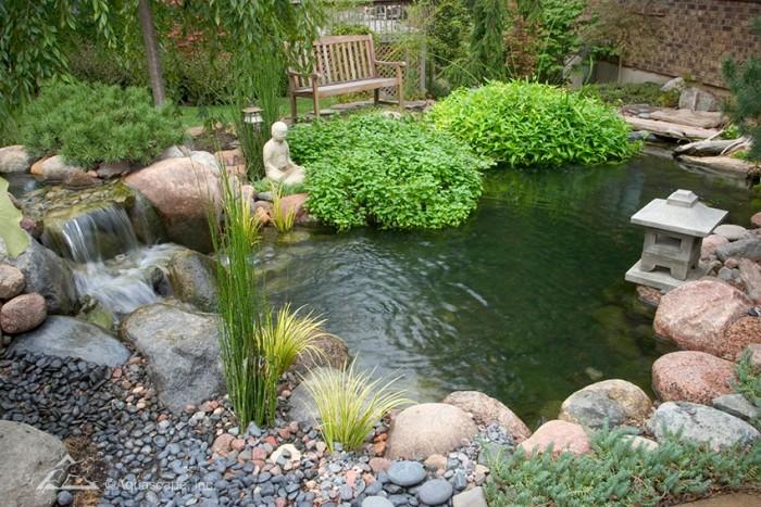 Thiết kế vườn sang chảnh hơn với hồ nước và sỏi đá