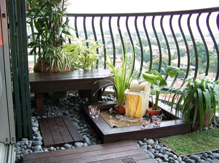 Một sân vườn thu nhỏ trông tự nhiên hơn nhờ dải sỏi