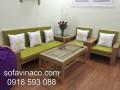 Đệm ghế xanh lá đi kèm với gối hoa trắng làm không gian phòng khách tươi mới hơn