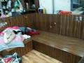 Bộ ghế sofa gỗ đã cũ của nhà chị Hà
