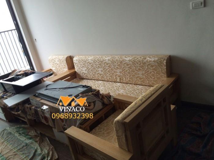 Màu vàng kim làm bộ ghế gỗ cũng như phòng khách thêm sang trọng