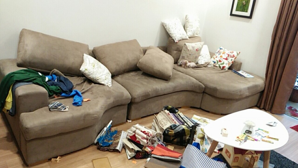 Bộ ghế sofa đã cũ cần được thay vỏ