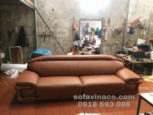 Chiếc ghế sofa dài đã được bọc lại đẹp đẽ như mới