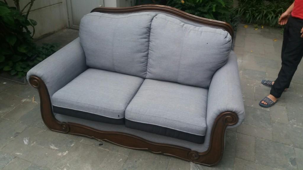 Chiếc ghế sofa đơn màu ghi đã hơi nhăn