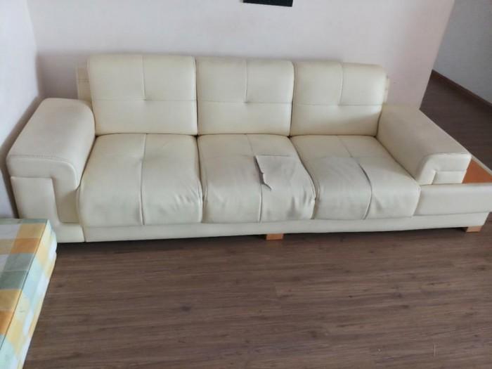 Bộ ghế sofa rách của gia đình sống tại Mai Dịch