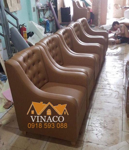 Những chiếc ghế sofa đơn đang được hoàn thiện tại xưởng