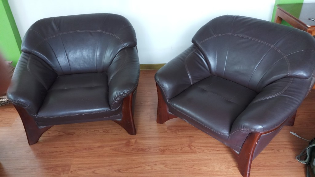 Hai chiếc ghế đơn này thì vẫn còn mới