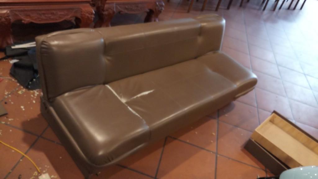 Chiếc ghế sofa giường ở Dương Đình Nghệ đã bị rách lòi bông ra bên ngoài do sử dụng nhiều