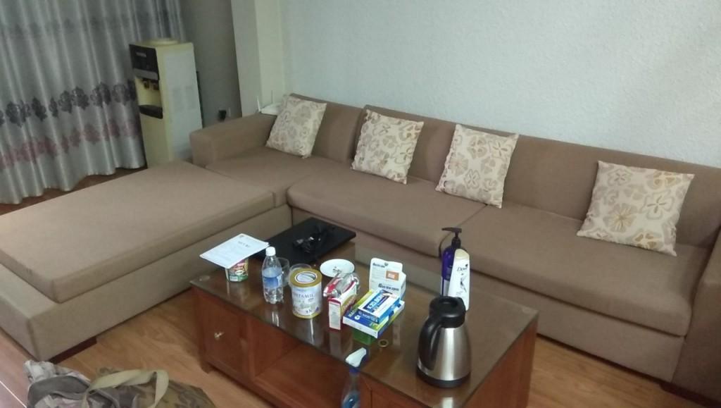 Bộ ghế sofa vải nhà chị Vân đang cần thay lớp vỏ bọc mới