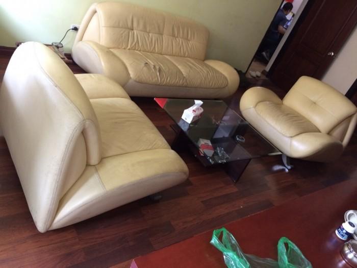 Bộ ghế sofa bằng da đã nhăn nhúm lại còn bị rách và bẩn