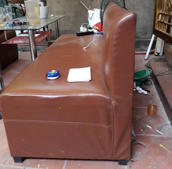 Những chiếc ghế sofa đơn bằng da đã bị phủ 1 lớp bụi dày