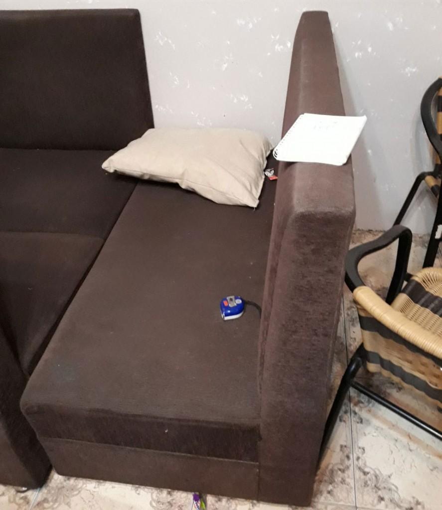 Đây là những chiếc ghế sofa đơn bằng vải đã bị sổ lông