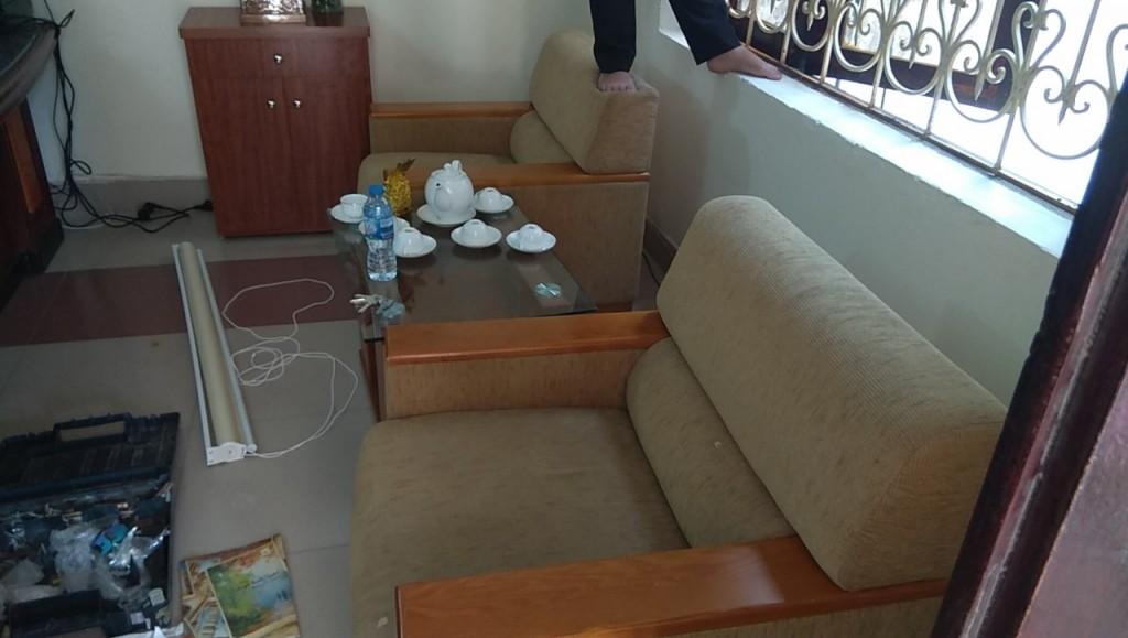 Bộ ghế sofa đã bị bám bụi bẩn và bạc màu