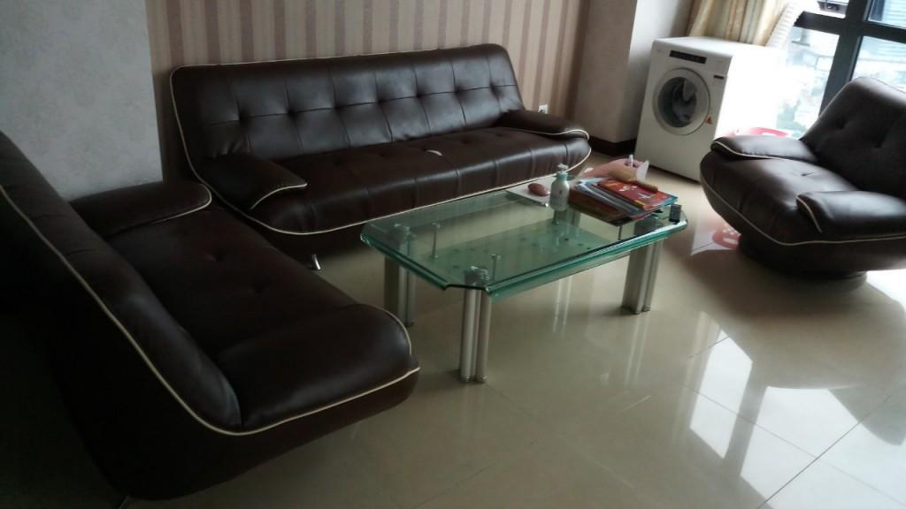 Bộ ghế sofa màu nâu đậm khiến cả căn phòng trở lên tối tăm