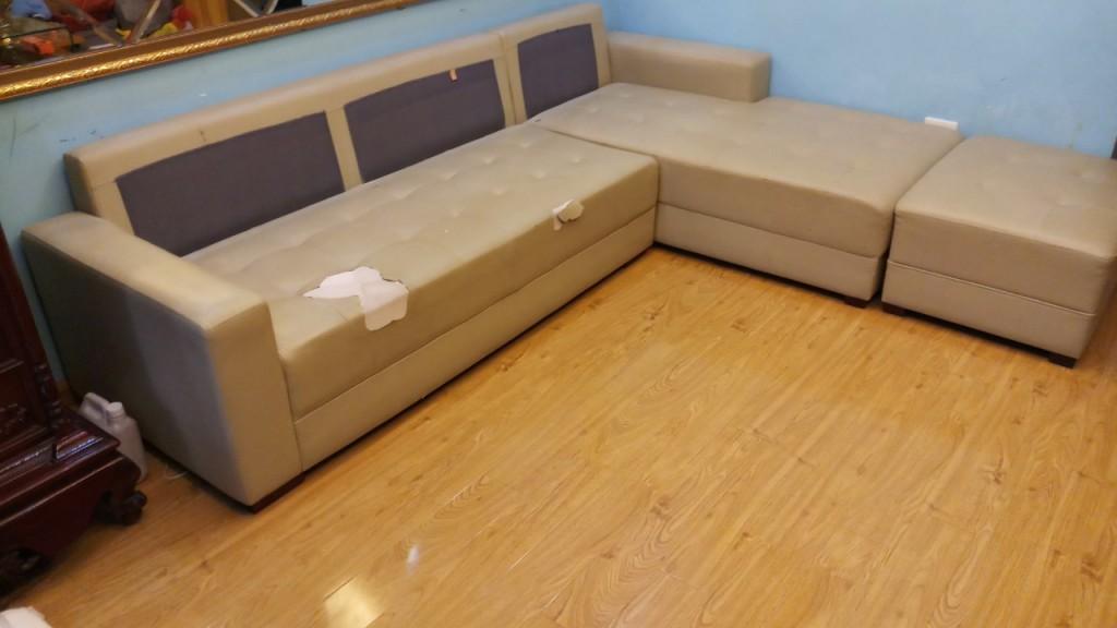 Bộ ghế sofa da màu nhạt của gia đình đã bị móc rách