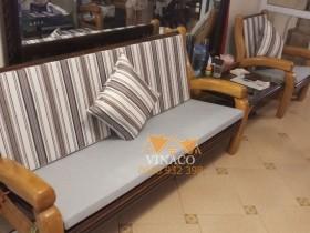 Bộ đệm ghế được làm từ hai loại vải cho gia đình chị Lê