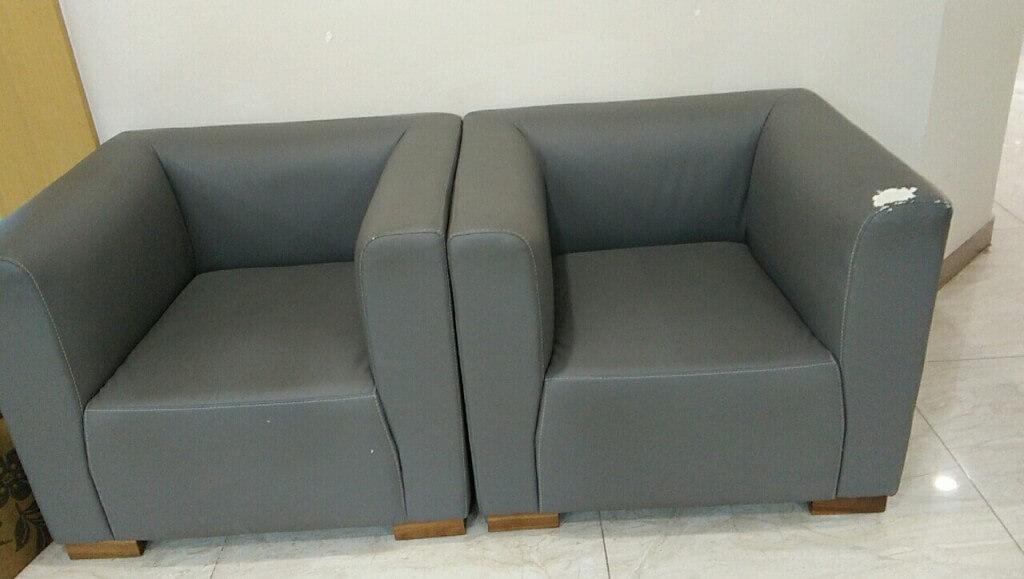 Hai chiếc ghế sofa tại văn phòng ở Trần Đăng Ninh