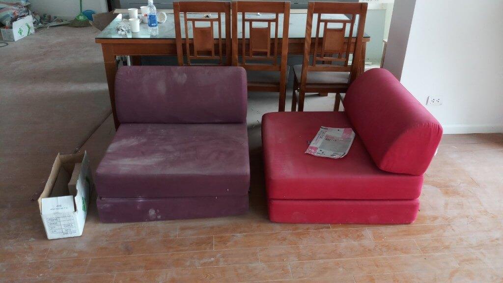 Hai chiếc ghế sofa đơn bị bám rất nhiều bụi