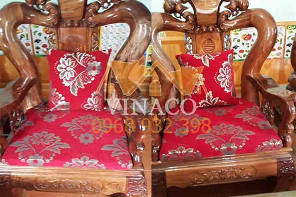 Đệm của hai ghế ngắn cũng được làm rất đẹp và vừa khít