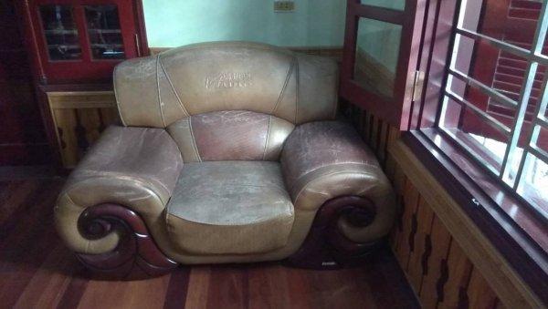 Chiếc ghế đơn đã bị sập một bên tay vịn