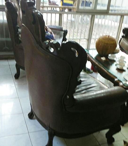 Hai chiếc ghế cổ điển đơn cũng gặp tình trạng tương tự, mặt da bọc đệm ngồi nhăn nhúm
