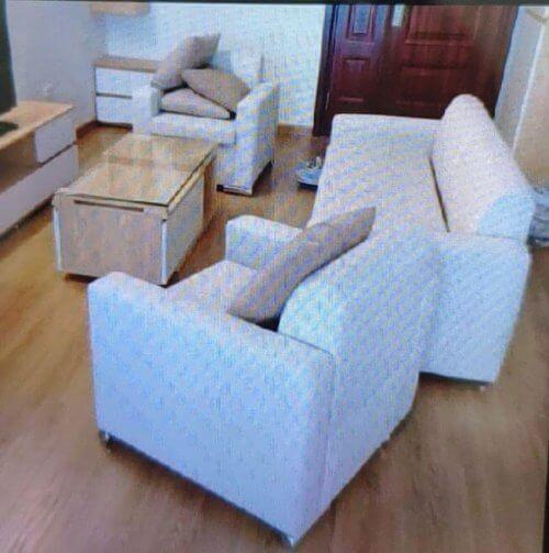 Bộ ghế sofa màu trắng của gia đình ở Trung Kính đang cần được tư vấn bọc mới