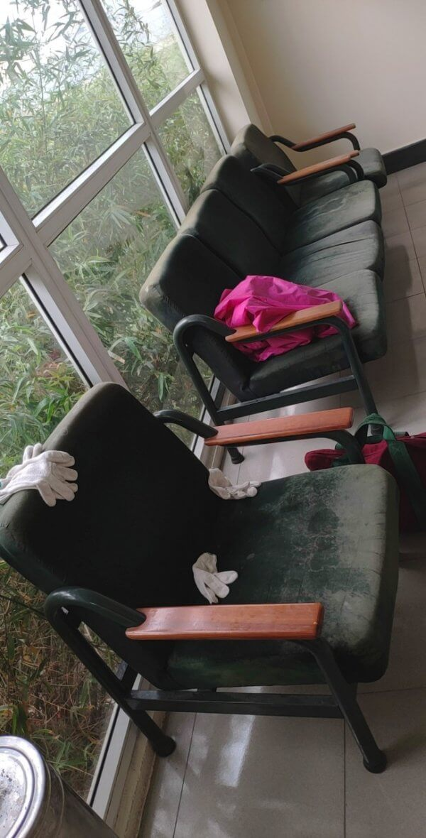Bộ ghế phòng chờ không vệ sinh thường xuyên nên đã bị cáu bẩn và xuất hiên cả mốc