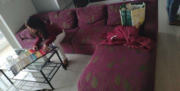Bộ ghế sofa nhà chị Lình với lớp vỏ hoa của thập niên trước