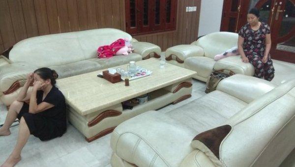 Bộ ghế sofa da màu trắng nhà bác Thùy bị bám bẩn chuyển thành màu đen