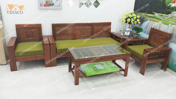 Bộ đệm ghế màu xanh rêu khá nổi bật trên nền trắng của phòng khách