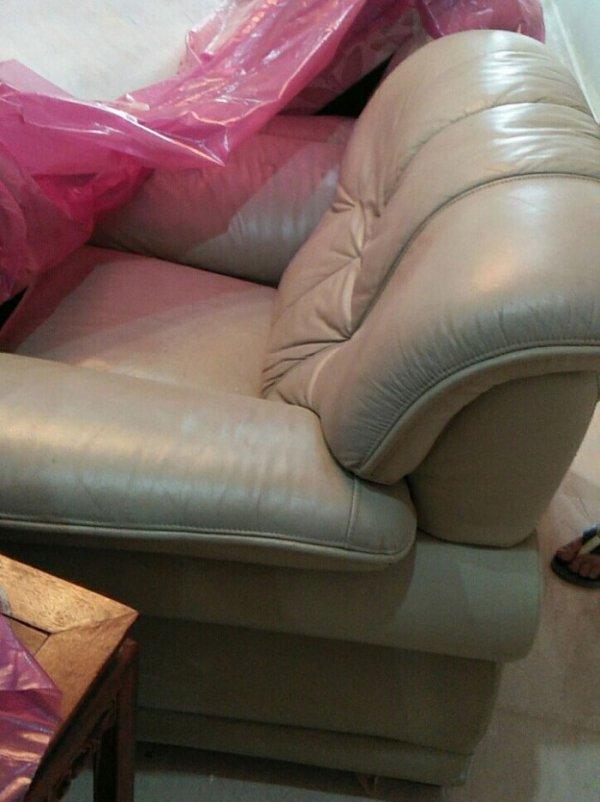 Bộ ghế sofa cũ có màu be còn rất mới của anh Chiến