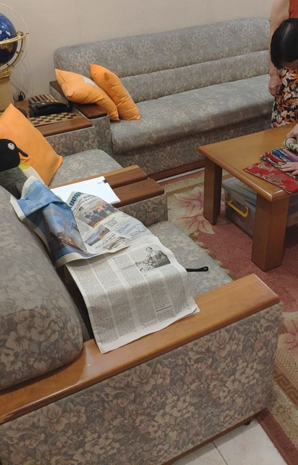 Bộ ghế sofa vải của nhà cô Vân đã bị bạc màu