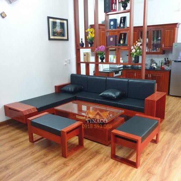 Phòng khách đã nổi bật hơn nhờ bộ đệm ghế da màu đen