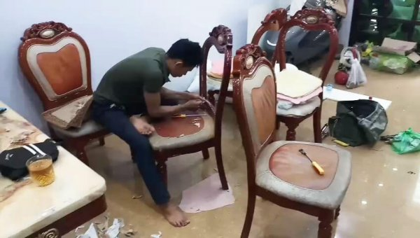 Nhân viên của Vinaco đang tháo lớp da ghế ăn cũ