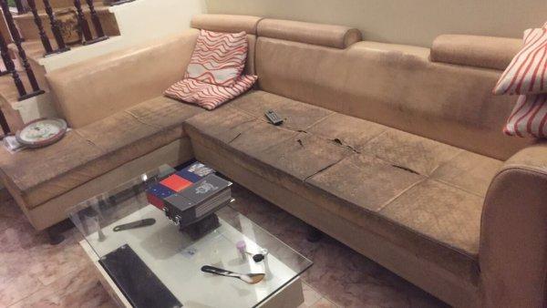 Bộ ghế sofa da của nhà bác Cường Xuân Thủy bị bám bẩn dày đặc