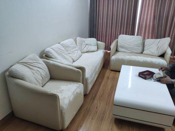 Bộ ghế sofa da bị bong tróc của anh Tuân ở FLC Mỹ Đình, Nam Từ Liêm